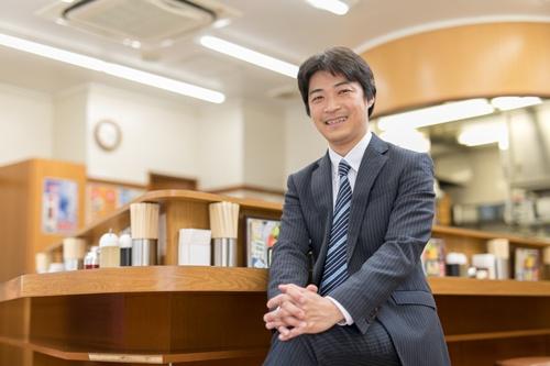 """<span class=""""fontBold"""">高橋順(たかはし じゅん)氏</span><br> 1973年生まれ。93年に簿記系の専門学校卒業後、建設業の会社へ入社。サービス業、システムエンジニアなどを経て、2000年7月に福しんを経営する父に頼まれて入社。07年から代表取締役社長。福しんは東京都内で32店舗を展開する。仕事帰りのサラリーマンの利用が多いという。"""