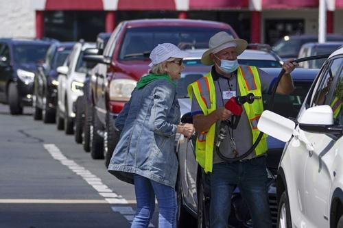 米南東部ではガソリンを手に入れようと給油所に長蛇の列ができた(写真:AP/アフロ)