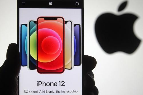 5Gに対応したiPhone12(写真:ZUMA Press/アフロ)