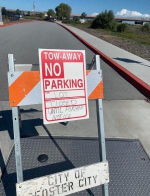 駐車場閉鎖を告知するフォスターシティーの立て札