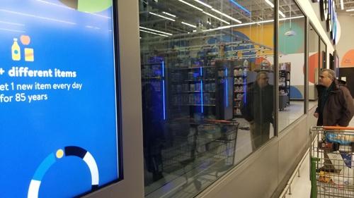 米ニューヨークにある実験店舗。店舗内のデータセンターで店内映像を処理するサーバーが稼働している