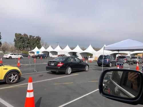 シリコンバレーの東部にあるレクリエーション施設のワクチン接種会場。駐車場を利用し、ドライブスルー型で行っている(河田剛氏提供、以下同)