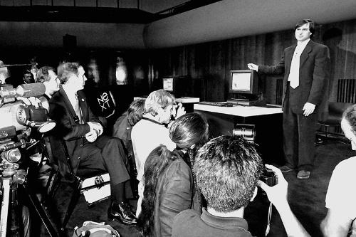ネクスト・コンピューターのワークステーションを発表するスティーブ・ジョブズ氏。1988年10月、米サンフランシスコ市内の音楽堂 (c)naonori kohira