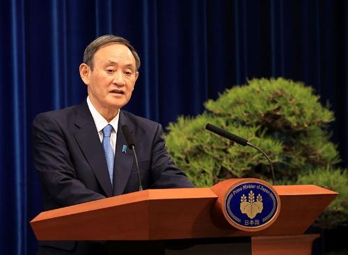菅義偉首相は年頭会見で緊急事態宣言の再発令を検討することを表明した(写真:代表撮影/ロイター/アフロ)