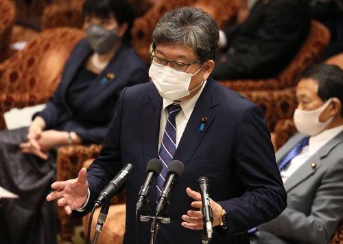 萩生田光一文部科学相(写真)は移行には課題があるとの考えを示しているが……(写真:つのだよしお/アフロ)