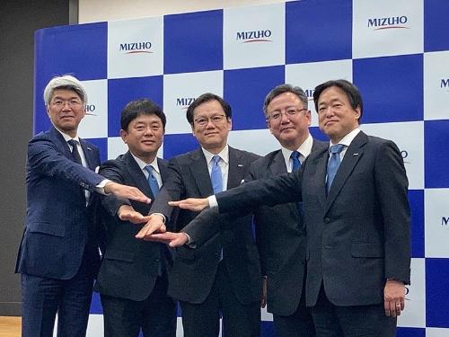 みずほ銀行の新頭取に就任する加藤氏(左から2番目)。みずほFGの坂井辰史社長(中央)らとともに、次世代金融業への転換を目指す