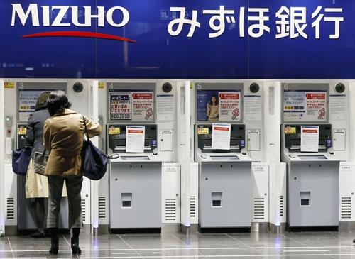 3月1日午前、システム障害で利用停止となったみずほ銀行のATM(写真:共同通信)