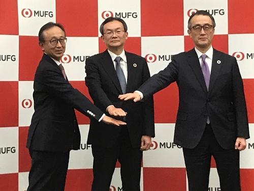 2021年4月、三菱UFJ銀行の頭取に就任する半沢淳一氏(中央)