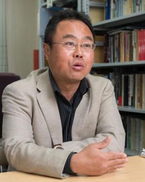 "<span class=""fontBold"">木村幹(きむら・かん)氏</span><br />1966年生まれ。93年、京都大学大学院博士後期課程中退。97年、神戸大学大学院国際協力研究科助教授。2005年、同研究科教授。17年、神戸大学アジア総合学術センター長兼務。韓国政治の専門家として知られる。"