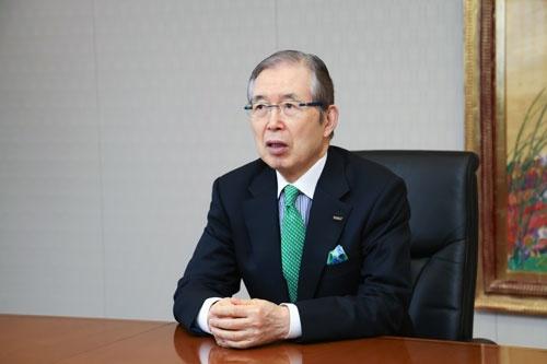 日本電産会長CEO(最高経営責任者)。1944年京都府生まれ。職業訓練大学校を卒業。73年に日本電産を創業し、社長に就任した。ハードディスク向けから車載、家電、商業、産業用モーターまで事業を広げ、世界有数のモーターメーカーに育て上げた。2014年10月から会長兼社長CEO。2018年3月、京都学園大学(現・京都先端科学大学)などを運営する京都学園(現・永守学園)理事長、同年6月、会長CEOに(写真:太田未来子)