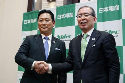 関潤氏(左)にCEOの座を譲る(写真:共同通信)