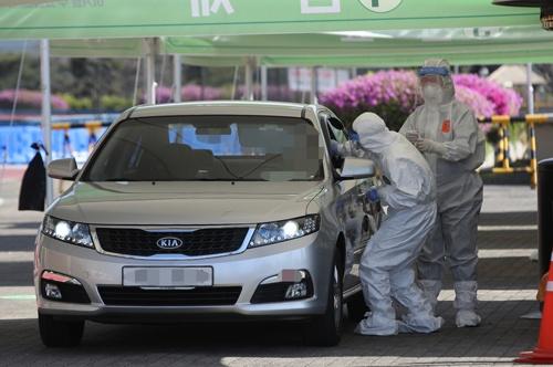 韓国はドライブスルー型でPCR検査を急拡大した(写真:YONHAP NEWS/アフロ)