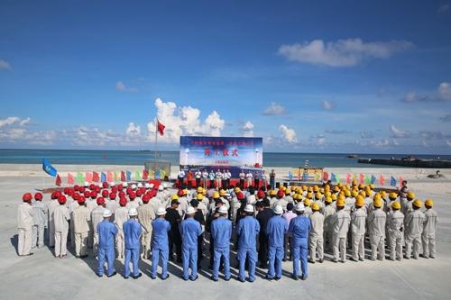 中国が南沙諸島に建設する灯台の起工式(写真:新華社/アフロ)