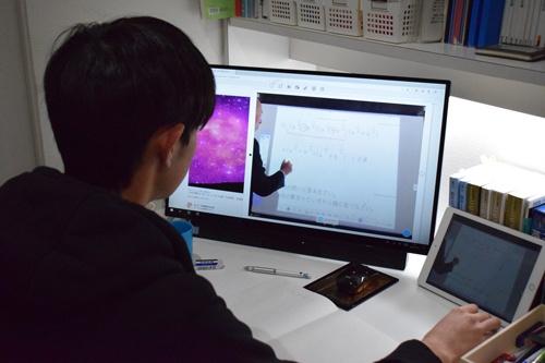 静岡聖光学院では休校中、オンラインで授業を継続。生徒は自宅でタブレット端末などを使って授業を受ける(下)