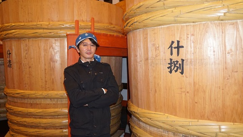 "<span class=""fontBold"">佐藤祐輔(さとう・ゆうすけ)社長</span><br>1974年生まれ。新政酒造8代目蔵元。東京大学文学部を卒業後、東京でライター・編集者として活躍。2007年に新政酒造入社。こだわりのある日本酒造りを貫いて会社を立て直し、12年に社長に就任した。秋田県内の4人の若手蔵元とともに「NEXT5」を結成し、技術交流などで協力。コロナの逆風に対応するため組織された地酒の全国組合でも中心的な役割を果たす。"