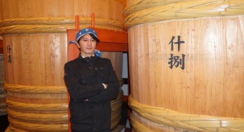 "<span class=""fontBold"">佐藤祐輔(さとう・ゆうすけ)社長</span><br> 1974年生まれ。新政酒造8代目蔵元。東京大学文学部を卒業後、東京でライター・編集者として活躍。2007年に新政酒造入社。こだわりのある日本酒造りを貫いて会社を立て直し、12年に社長に就任した。秋田県内の4人の若手蔵元とともに「NEXT5」を結成し、技術交流などで協力。コロナの逆風に対応するため組織された地酒の全国組合でも中心的な役割を果たす。"