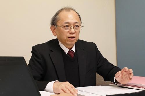 虎ノ門合同法律事務所の武内更一弁護士。外環道の沿線である東京都杉並区、三鷹市、調布市、世田谷区などに生活する住民が2017年12月に国と東京都を相手取り、国土交通大臣が行った「大深度地下使用認可」と、東京都知事などが認めた「都市計画事業承認・認可」の取り消しを求める訴訟の代理人を務める(写真:都築雅人)