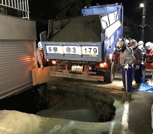 東京都調布市の住宅街で発生した市道陥没の応急復旧の状況(写真:東日本高速道路)