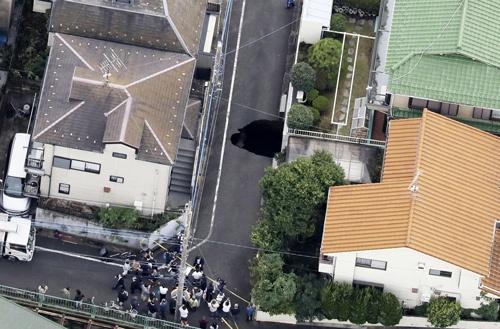 東京都調布市の住宅街で2020年10月18日に見つかった道路の陥没現場。地下では外環道のトンネル工事が進んでいた(写真:共同通信)