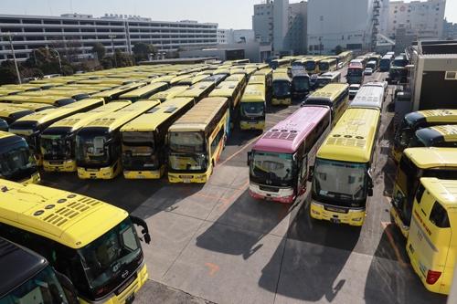 はとバス本社の車両基地に駐車する観光バス。はとバスは緊急事態宣言の発令に伴って1月9日から運行を停止している(写真:都築 雅人)