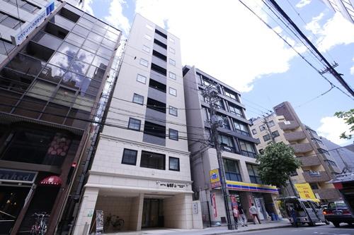大阪市中央区に立つ「ホテルWBF淀屋橋南」の外観。5月末に閉館しており、現在はオフィスへのコンバージョン(用途変更)計画が進む