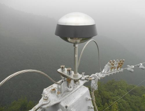 送電鉄塔に設置された「PDCE(極性反転型避雷針)」。建築物や工作物への落雷を抑制する