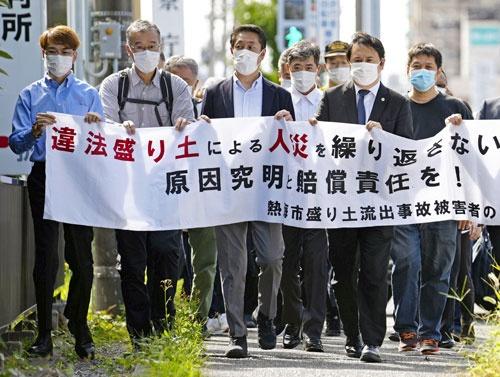 7月に静岡県熱海市で発生した大規模土石流で被災した伊豆山地区の住民。土地所有者らを相手取り損害賠償を求める訴訟を起こした。(写真:共同通信)