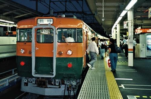96年まではボックスシートで全車両が自由席だった。定期列車が新型車両に置き換わった後も、多客時には古い車両を使った増発列車が運行されていた