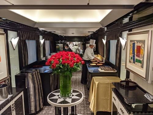 テーブルが撤去され、作業場へと変わった食堂車。車内中央に飾られた花瓶いっぱいのバラだけが、以前の姿をしのばせる
