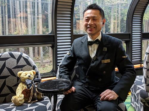 サービスクルーの指揮を執るジェイアール西日本フードサービスネット瑞風営業支店の樺山高弘・料飲支配人
