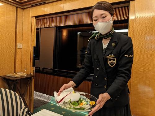 HAJIMEが監修するメニューは盛り付けが特に繊細。食堂車から離れた客室まで運ぶのは容易ではない