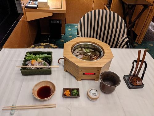 全室分のIH調理器を用意して食堂車と同じ料理が楽しめるように工夫した