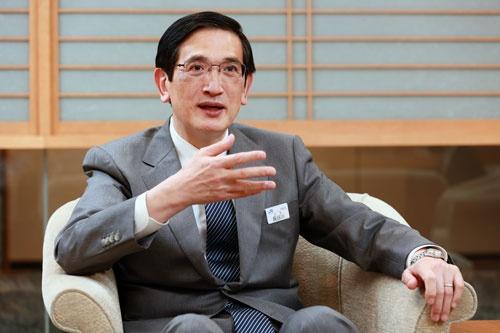 """<span class=""""fontBold"""">長谷川一明(はせがわ・かずあき)氏</span><br />1981年東京大学法学部卒、旧日本国有鉄道に入社。分割民営化でJR西日本に所属し、2008年に執行役員岡山支社長。12年、取締役兼常務執行役員近畿統括本部長、16年に代表取締役副社長兼執行役員創造本部長となり、19年に社長に就任(撮影:山田哲也)"""
