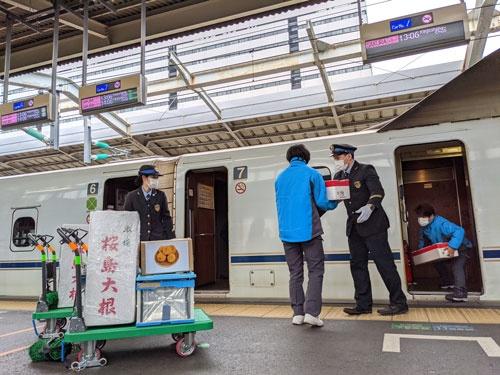 山陽新幹線や北陸新幹線を使った地方産品の輸送に乗り出している