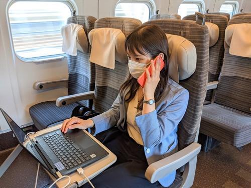 新幹線をオフィスのように使う実験車両では座席で自由に通話できる