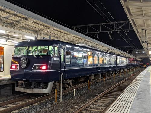 JR西日本の「ウエストエクスプレス銀河」は往年のブルートレインを思わせる青い車体