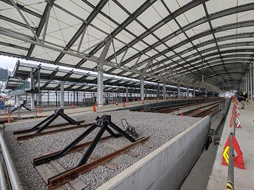 完成間近まで工事が進んできた西九州新幹線の長崎駅。だが、新大阪や博多からの列車は当面やってこない