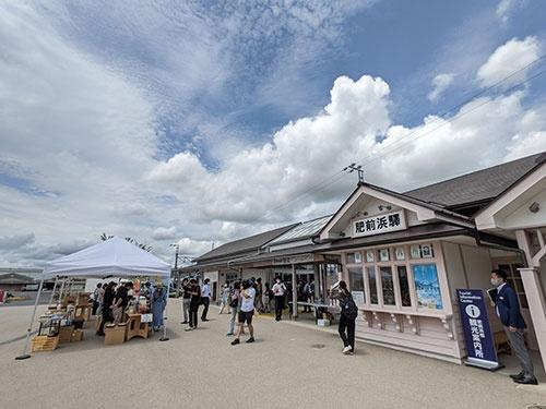 肥前浜駅では観光列車「36ぷらす3」の停車時間に地元住民によるおもてなしが行われる