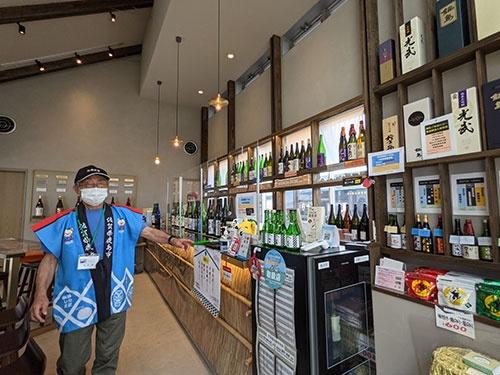 肥前浜駅には今年1月、地元の酒が楽しめる「HAMA BAR」もオープン。改装費は佐賀県が負担した