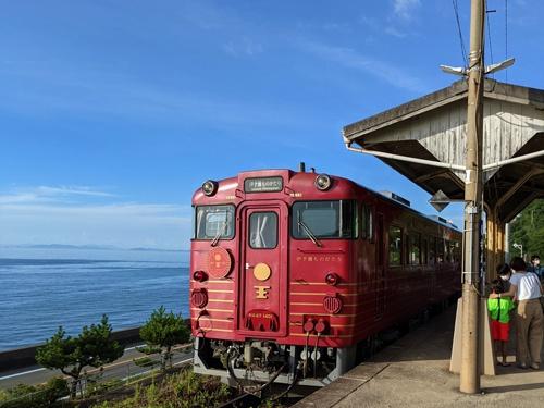 運行開始から7年間で13万人が乗車した「伊予灘ものがたり」。伊予灘(瀬戸内海)沿いを走る