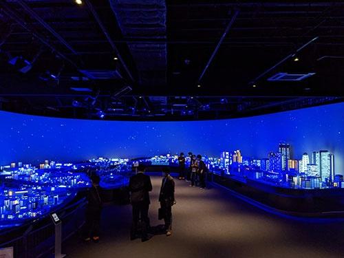 小田急沿線の風景を再現した巨大ジオラマ。右手が新宿の高層ビル群