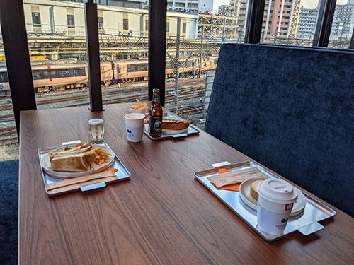 カフェでは海老名駅に出入りする電車を眺めながらアルコールなども楽しめる