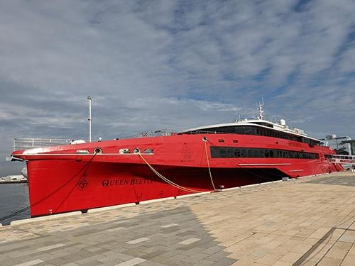 JR九州高速船(福岡市)が60億円かけて建造した「クイーンビートル」。就航のめどは立っていない