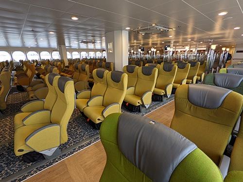 船内には飛行機のように多くの座席が並んでいる