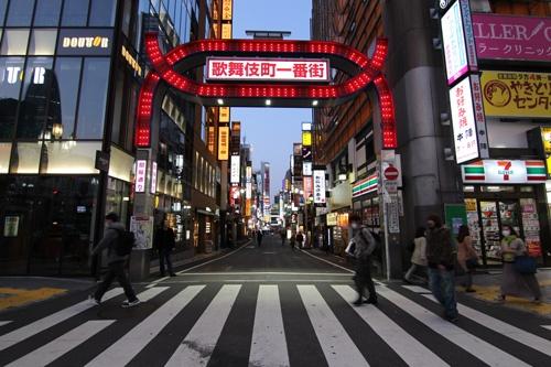 緊急事態宣言に伴う営業自粛要請で飲食店などが大打撃を受けている。写真は4月8日の新宿・歌舞伎町