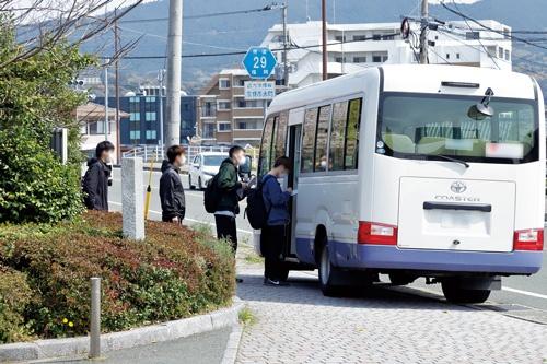 トヨタ自動車九州の宮田工場で働く派遣社員ら。北米の需要急減で高級車「レクサス」の生産調整を迫られている