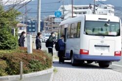 生産調整を余儀なくされた高級車「レクサス」を生産するトヨタ自動車九州の宮田工場に向かう従業員