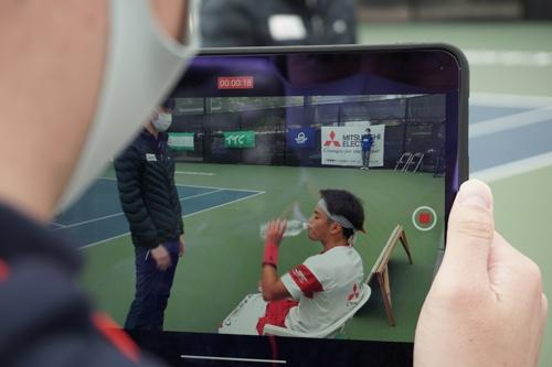 試合中にコーチからアドバイスを受ける様子も撮影するなど、動画配信に力を入れた