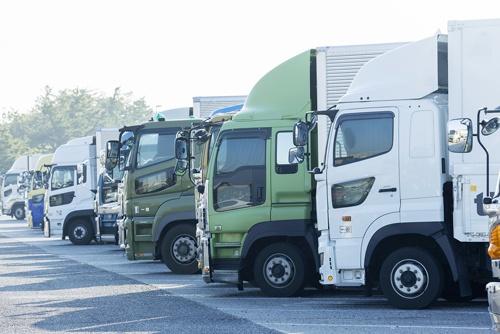 輸送用トラックの8割を占める「白ナンバー」の飲酒運転防止策が焦点になっている(写真:PIXTA)