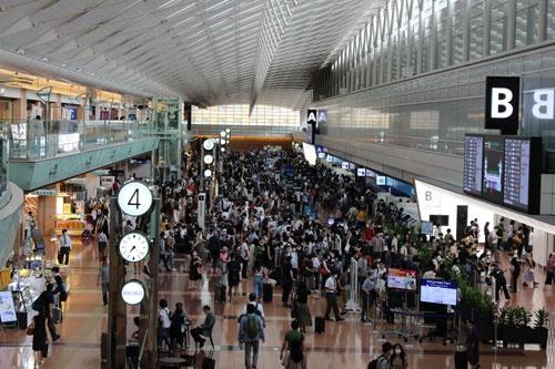 連休初日となった9月19日朝の羽田空港第2ターミナル。当日のANA運航の下り便はほぼ満席となった